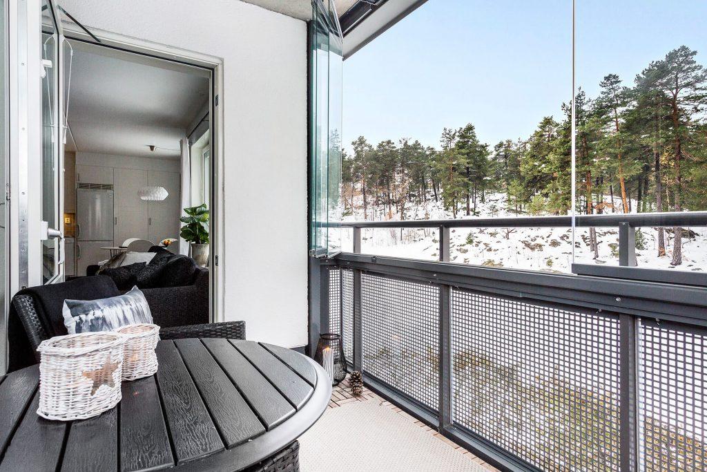 Fruängen Stockholm – Inglasad balkong med separata glaspartier på räcket