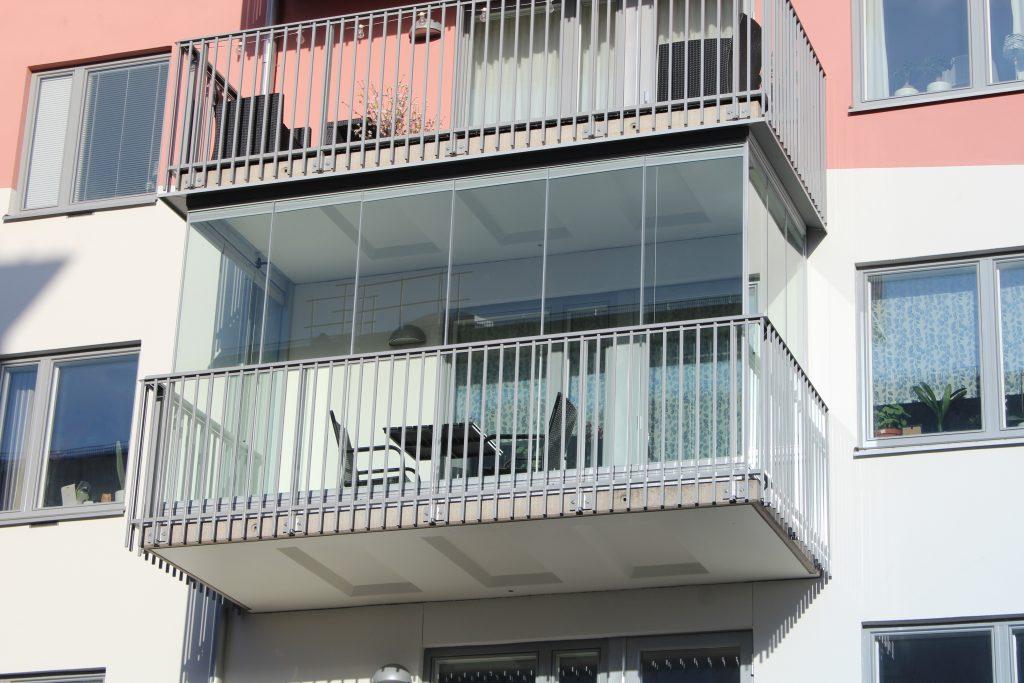 Inglasad balkong med fullhöga glasdörrar - NIKA Ramfritt system
