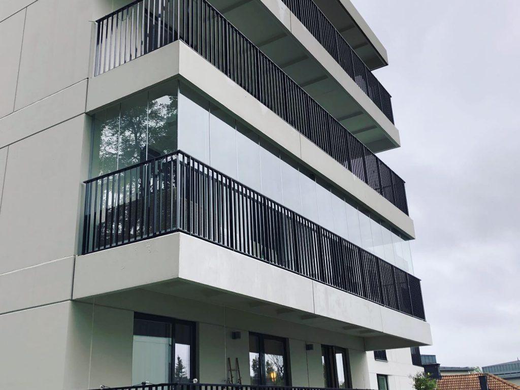 Balkonginglasning med fullhöga glas från golv till tak