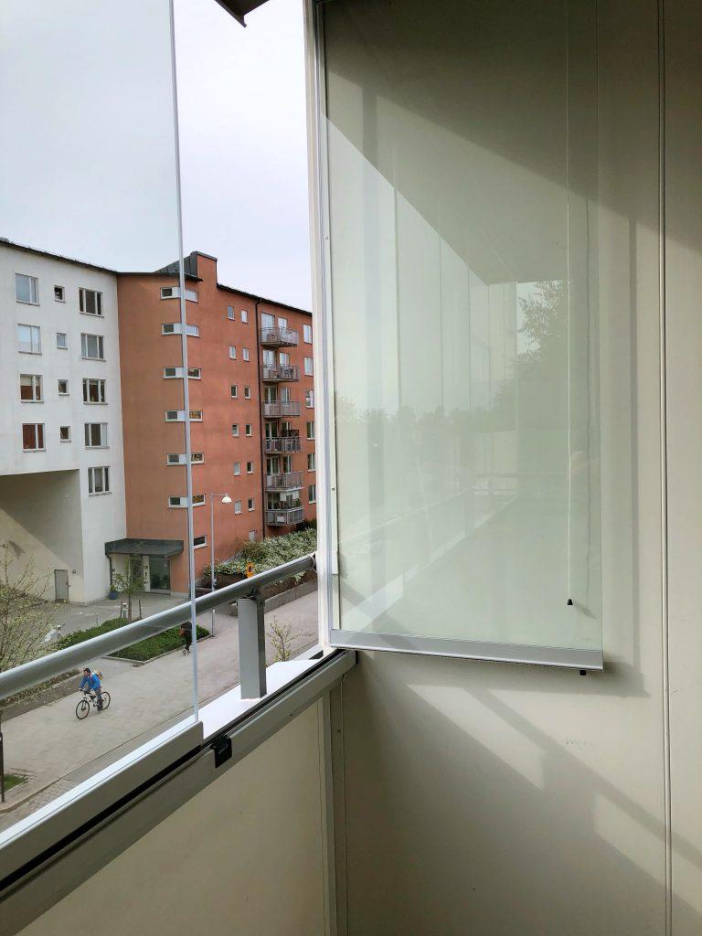 Balkonginglasning av modell vik-in - samla glasen mot väggen när du öppnar inglasningen helt