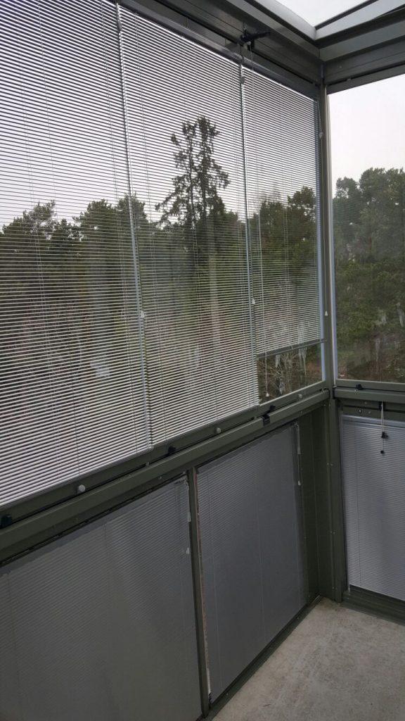 Persienn aluminiumlamell på glasräcket samt på inglasning