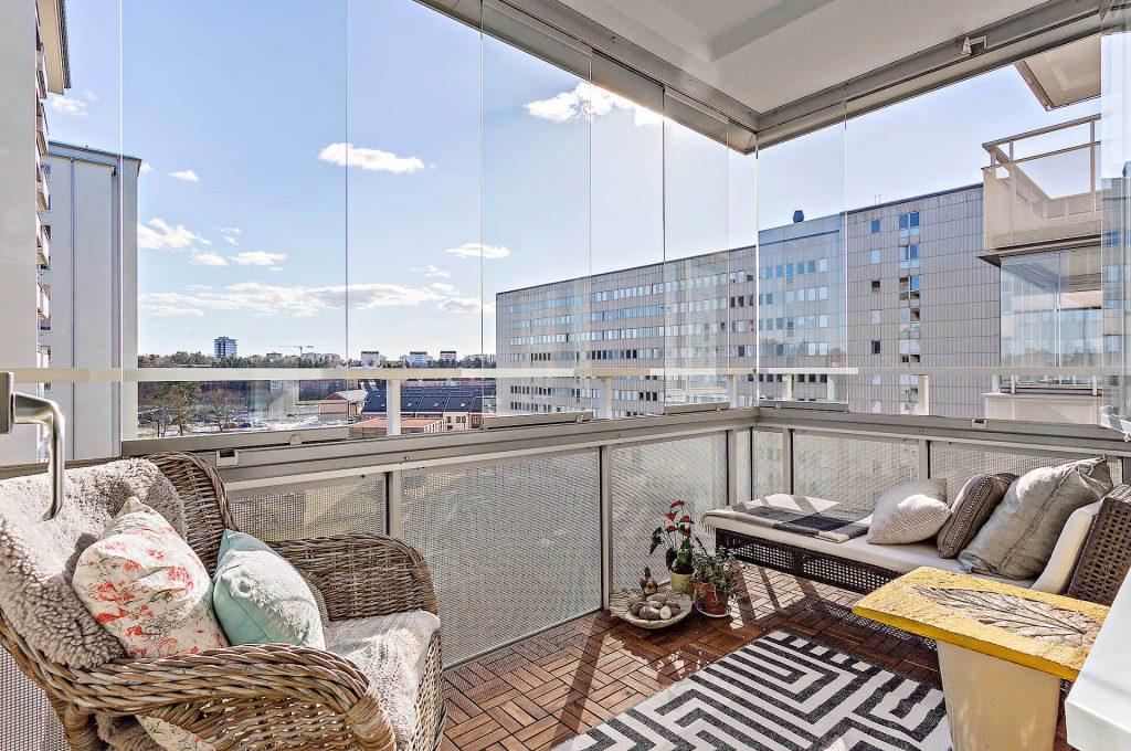 Vällingby – Råcksta Gårdsväg – Inglasad balkong med inredning