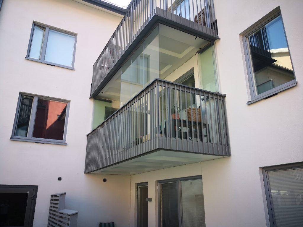 Ramfria glas som samlas mot väggen - Inglasad balkong NIKA