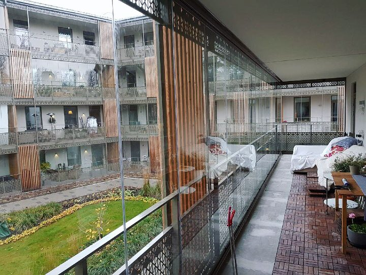 Inglasad balkong med fullhöga glaspartier